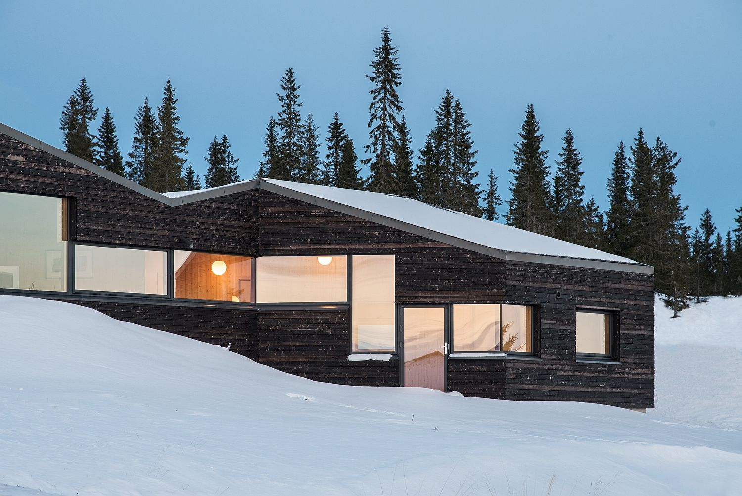Dark and Minimal: Contemporary Norwegian Cabins with Wooden Warmth