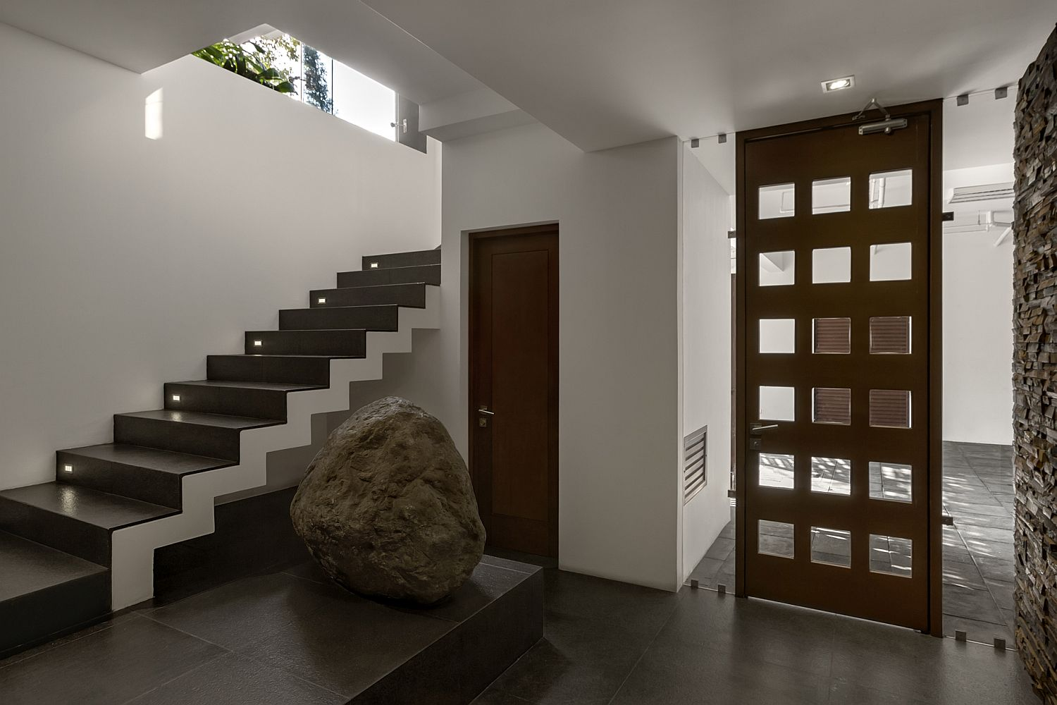 Large-boulder-and-illuminated-stairway-inside-the-San-Isidro-House