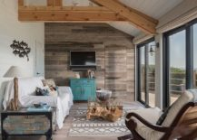 Modern-and-rustic-overtones-combined-in-this-beach-style-living-room-217x155