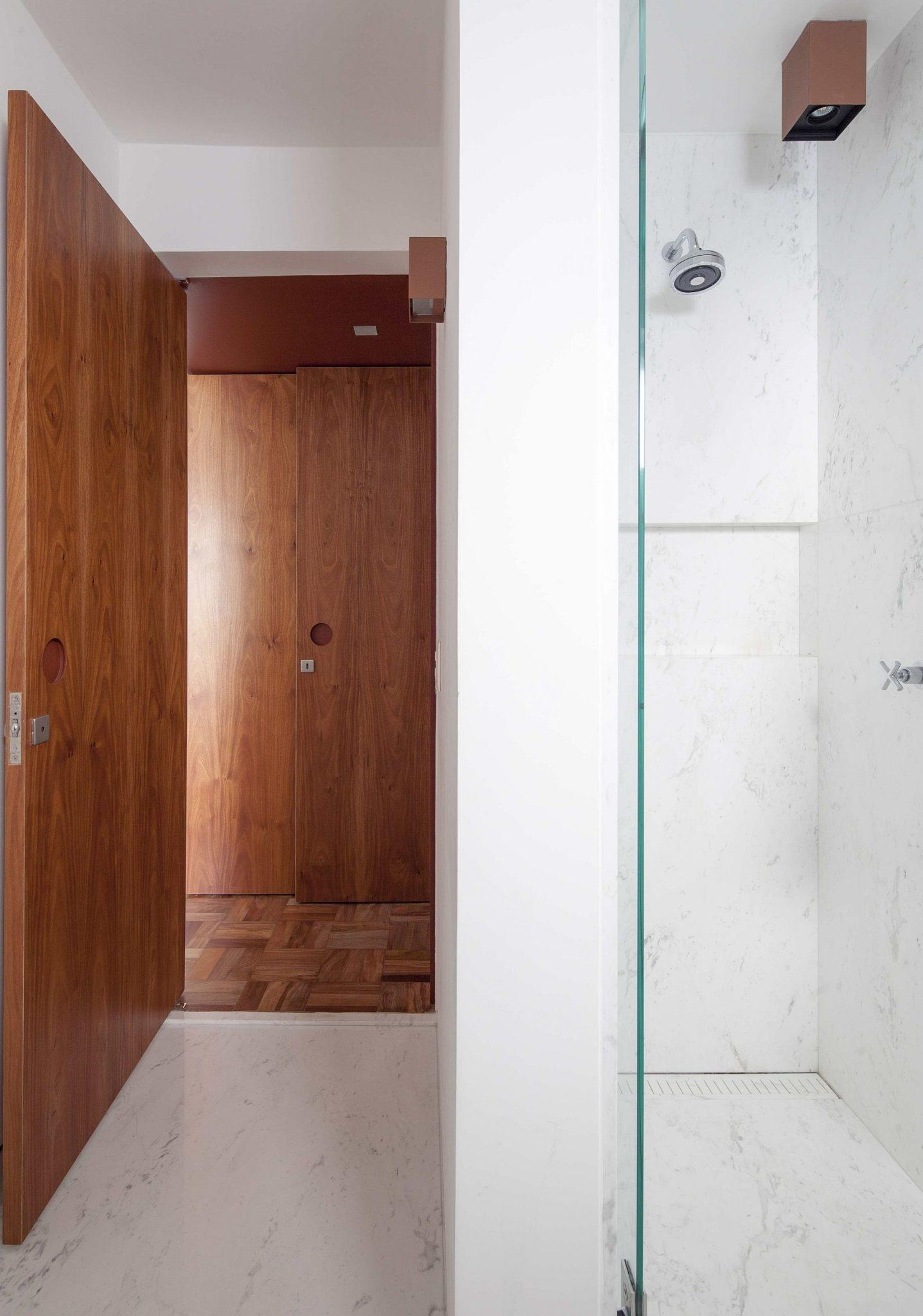 Modern-bathroom-in-white-inside-the-Sao-Paulo-apartment