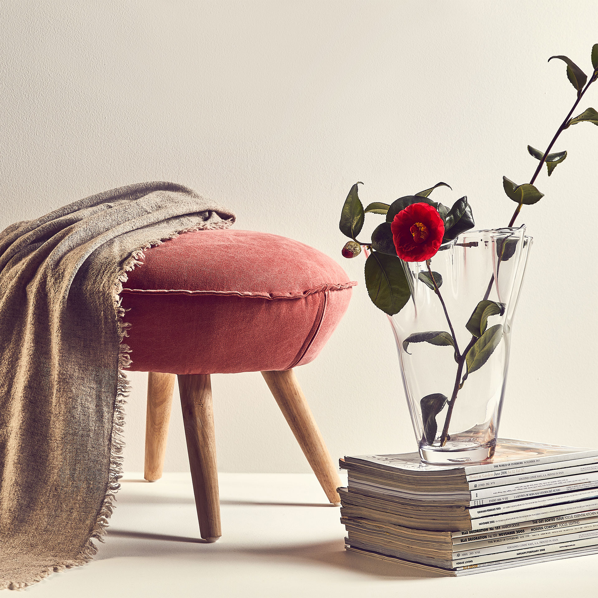 Rosy nordic stool with wooden legs