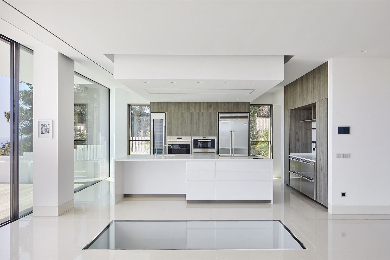 Sleek-and-polished-contemporary-kitchen-in-white