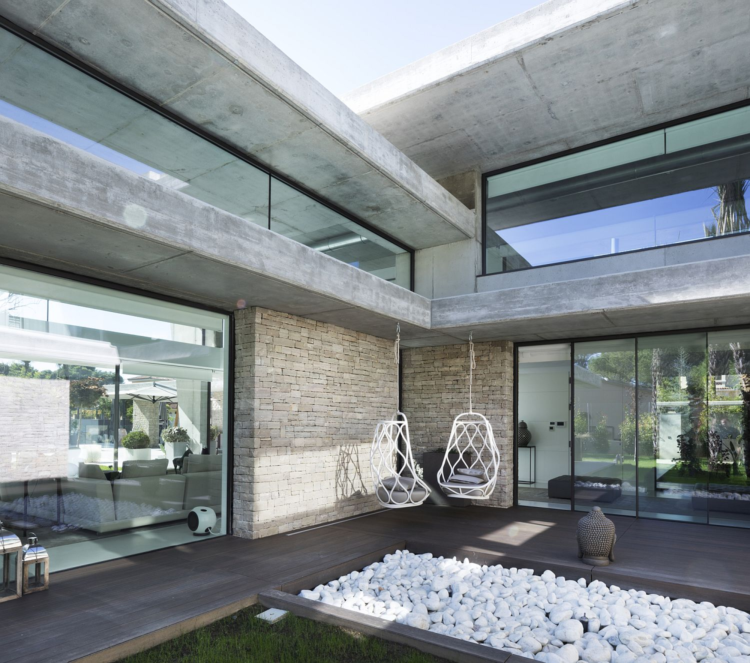 Contemporary courtyard of Miravent House in Spain