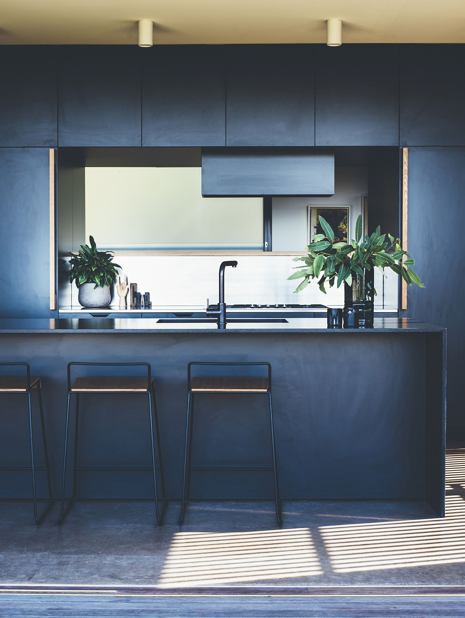 Dark blue gives the kitchen a sophisticated and contemporary appeal