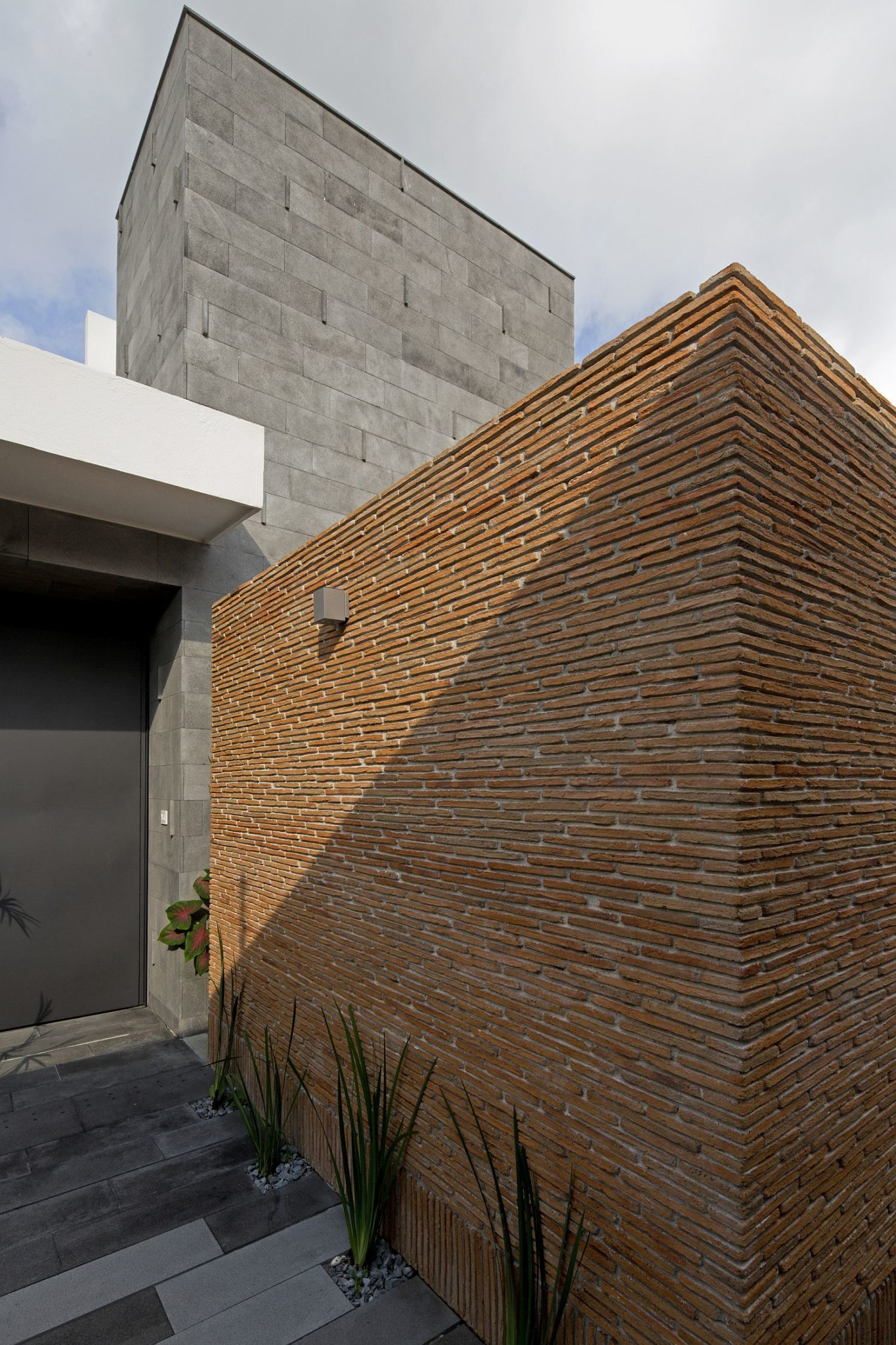 Exposed-brick-wall-exterior-of-the-modern-home