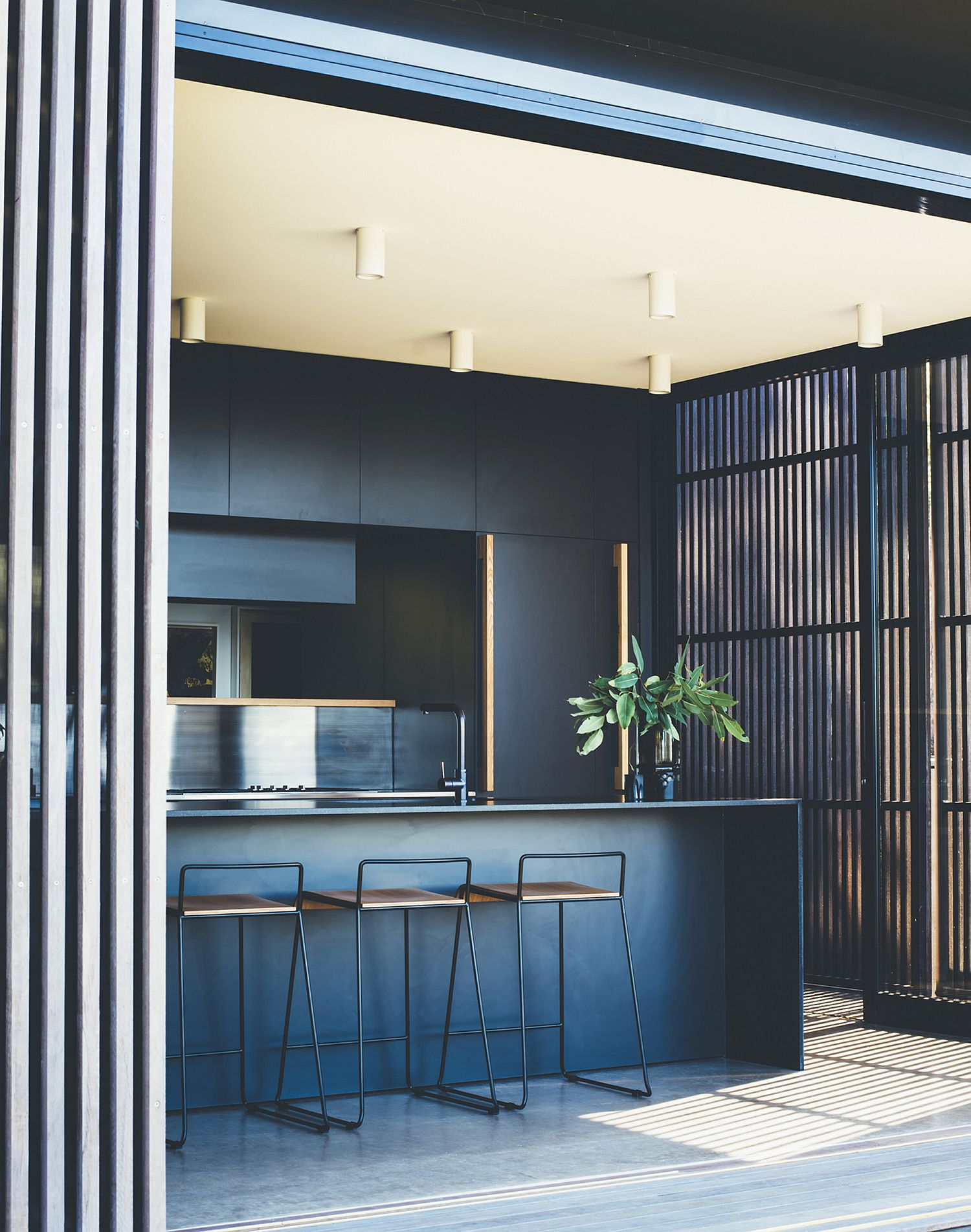 Fabulous use of dark blue and white in the contemporary kitchen