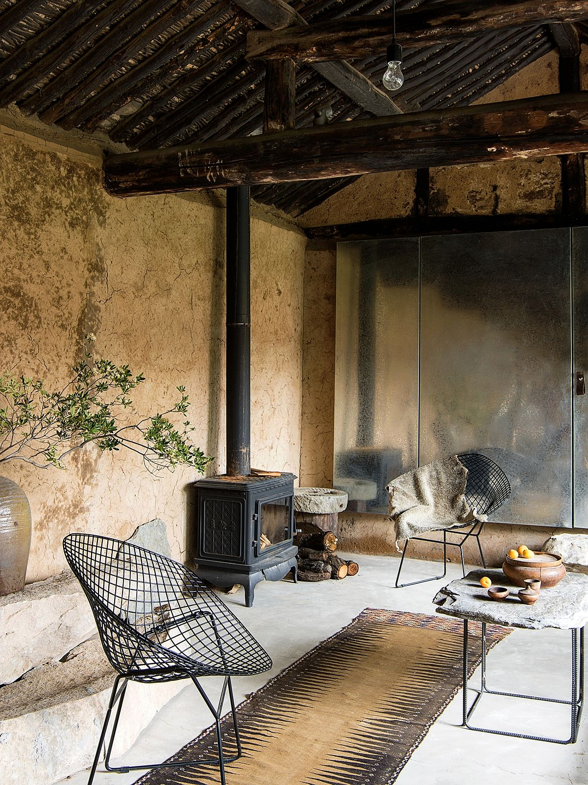 Rustic rural finishes and metallic surfaces give the interior a low-maintenance design approach