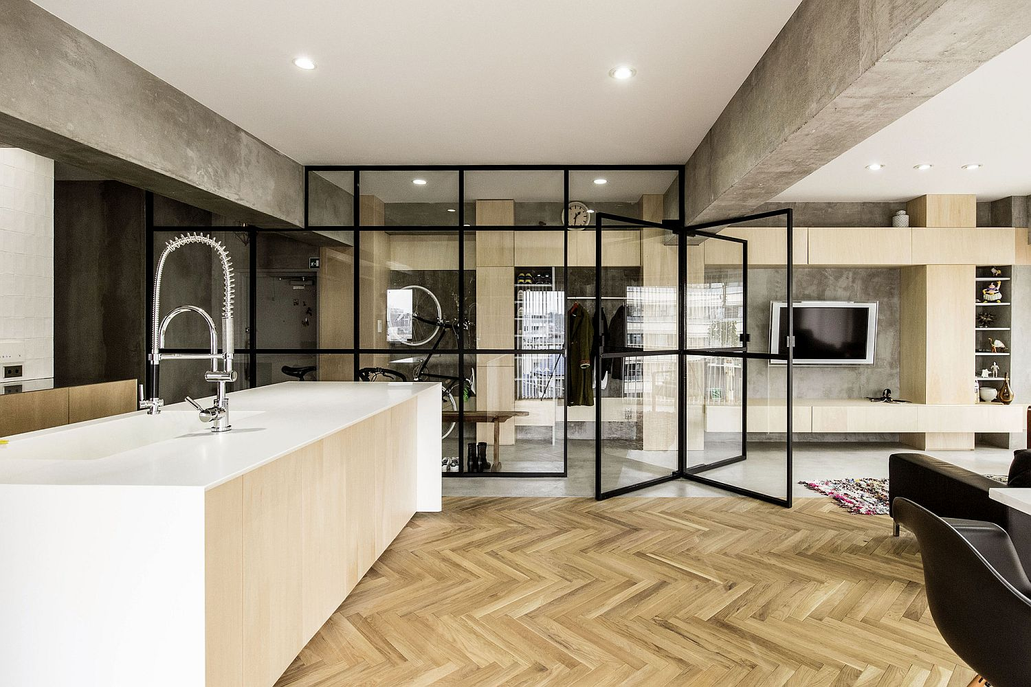 70s-apartment-in-Tokyo-revamped-with-glass-partitions-and-revolving-glass-door