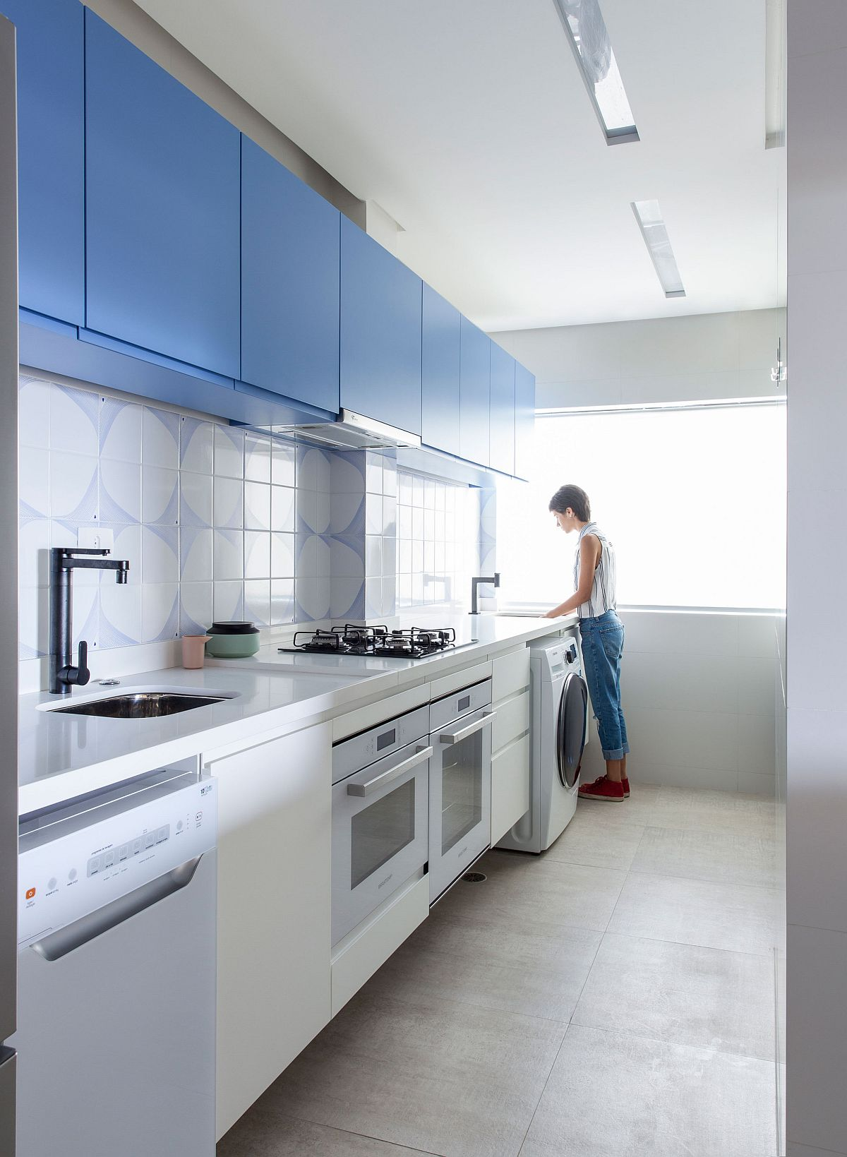 Blue and white give the modern kitchen a unique identity
