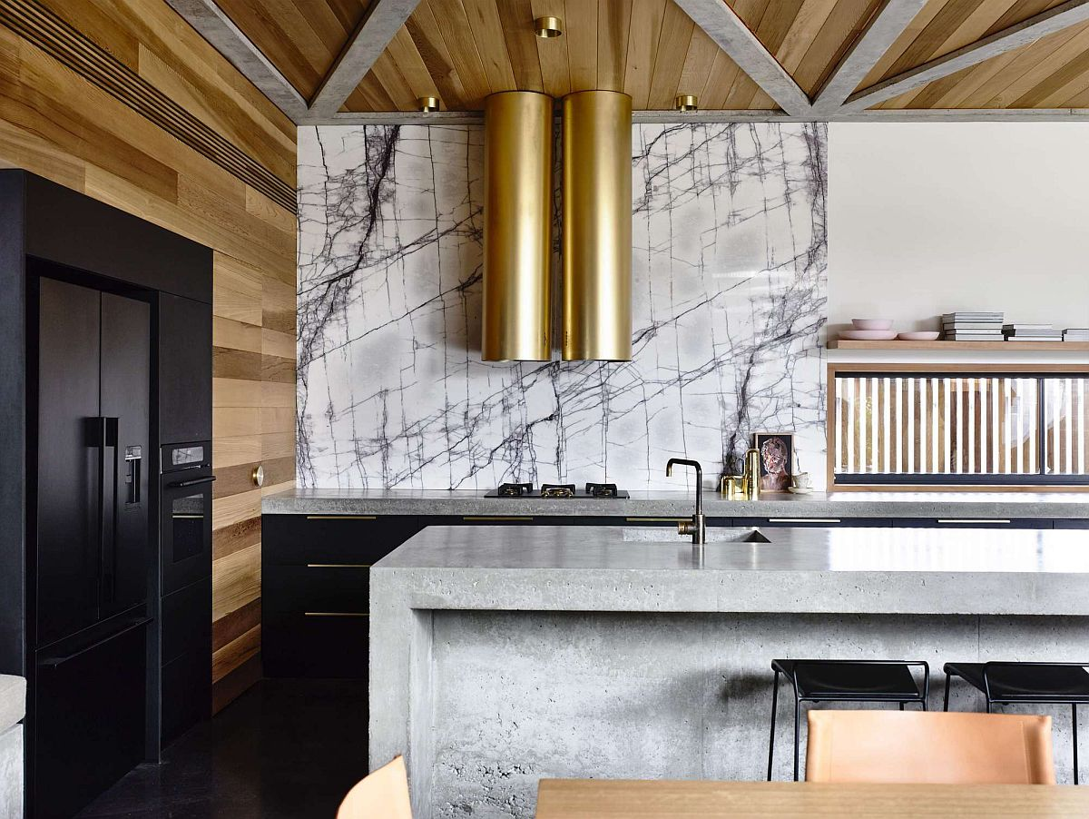 Brilliant marble backsplash and metallic chimneys for the modern kitchen