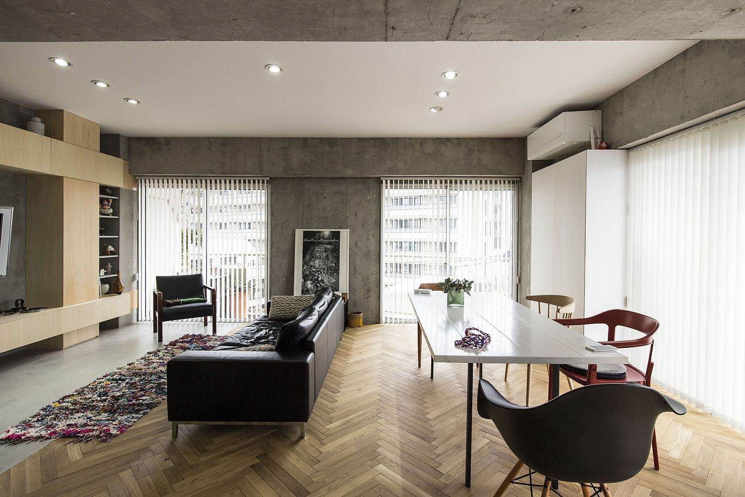 Herringbone-pattern-flooring-coupled-with-polished-surfaces-wood-and-concrete