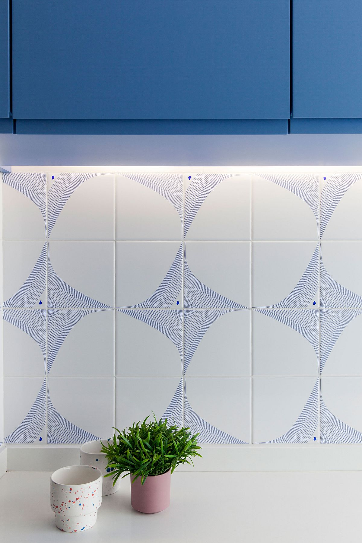 Kitchen backsplash in blue and white with 3D pattern