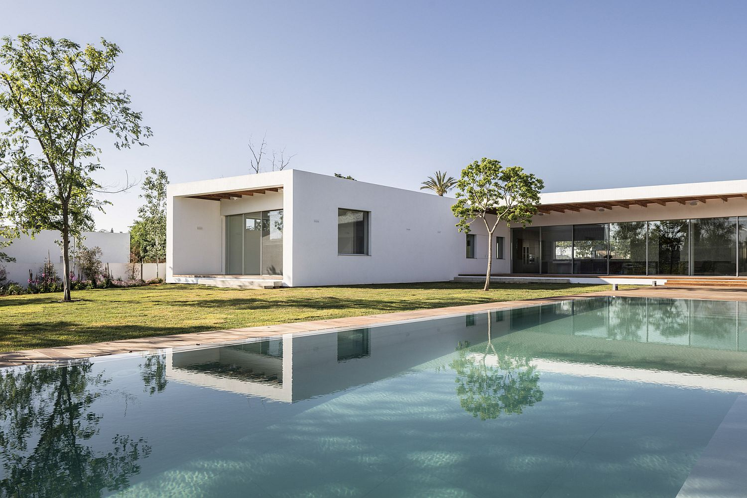 Modern Z House in Israel with a lovely garden and pool