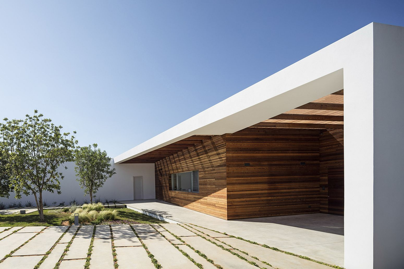 Organic structure of the house keeps out heat and offers natural shade