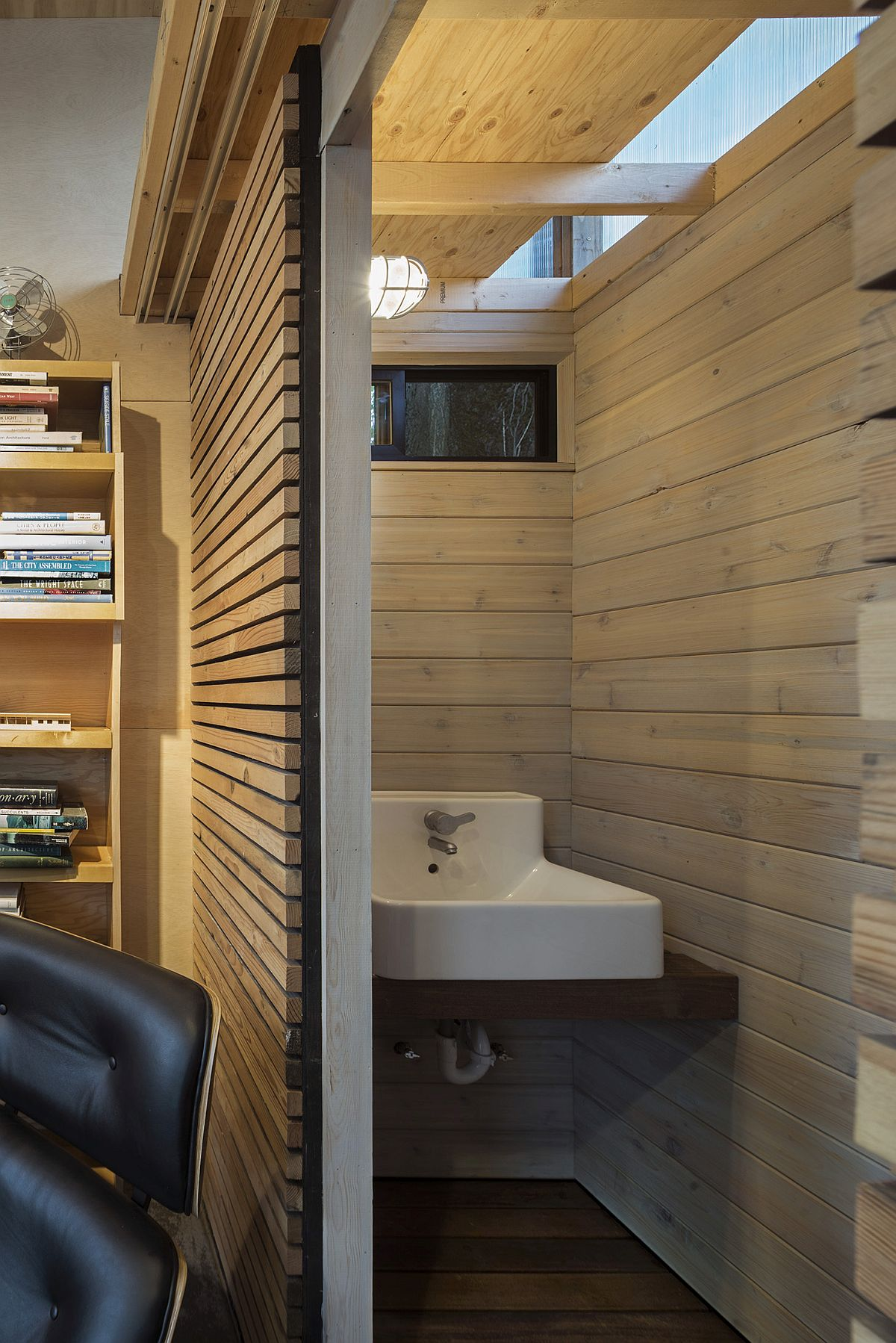 Small washbasin in the corner saves ample space