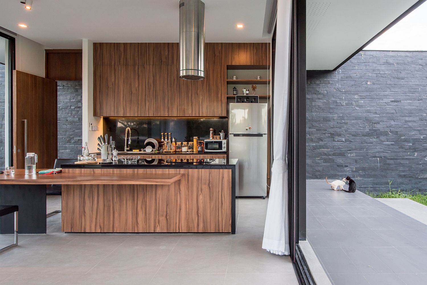 Dark elements combined with wood inside the kitchen