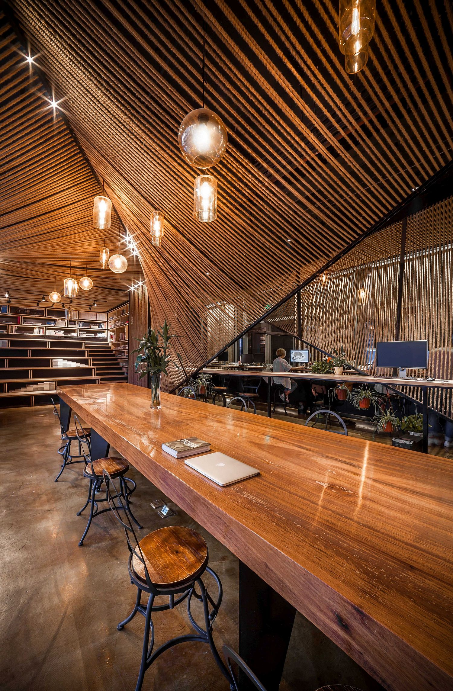 Exceptional and elegant office in rope and wood