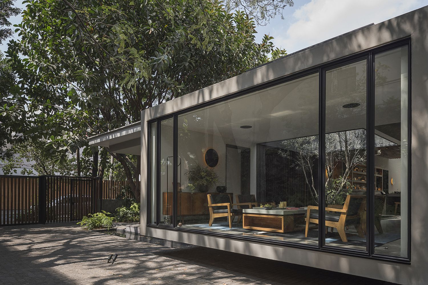 Large-sliding-glass-doors-and-walls-connect-the-restaurant-with-the-outdoors