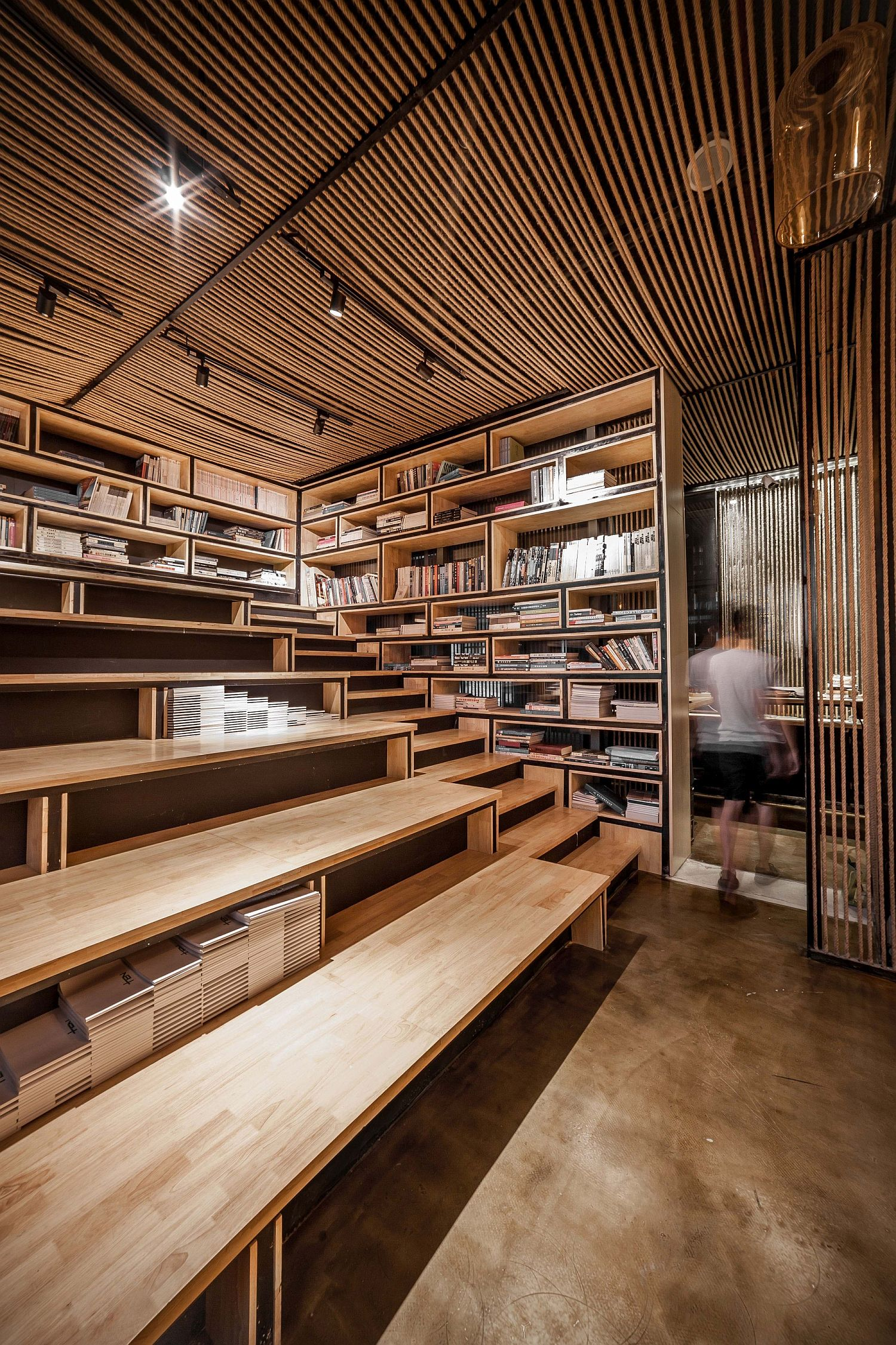 Reading-staircase-inside-the-office-with-a-rope-ceiling