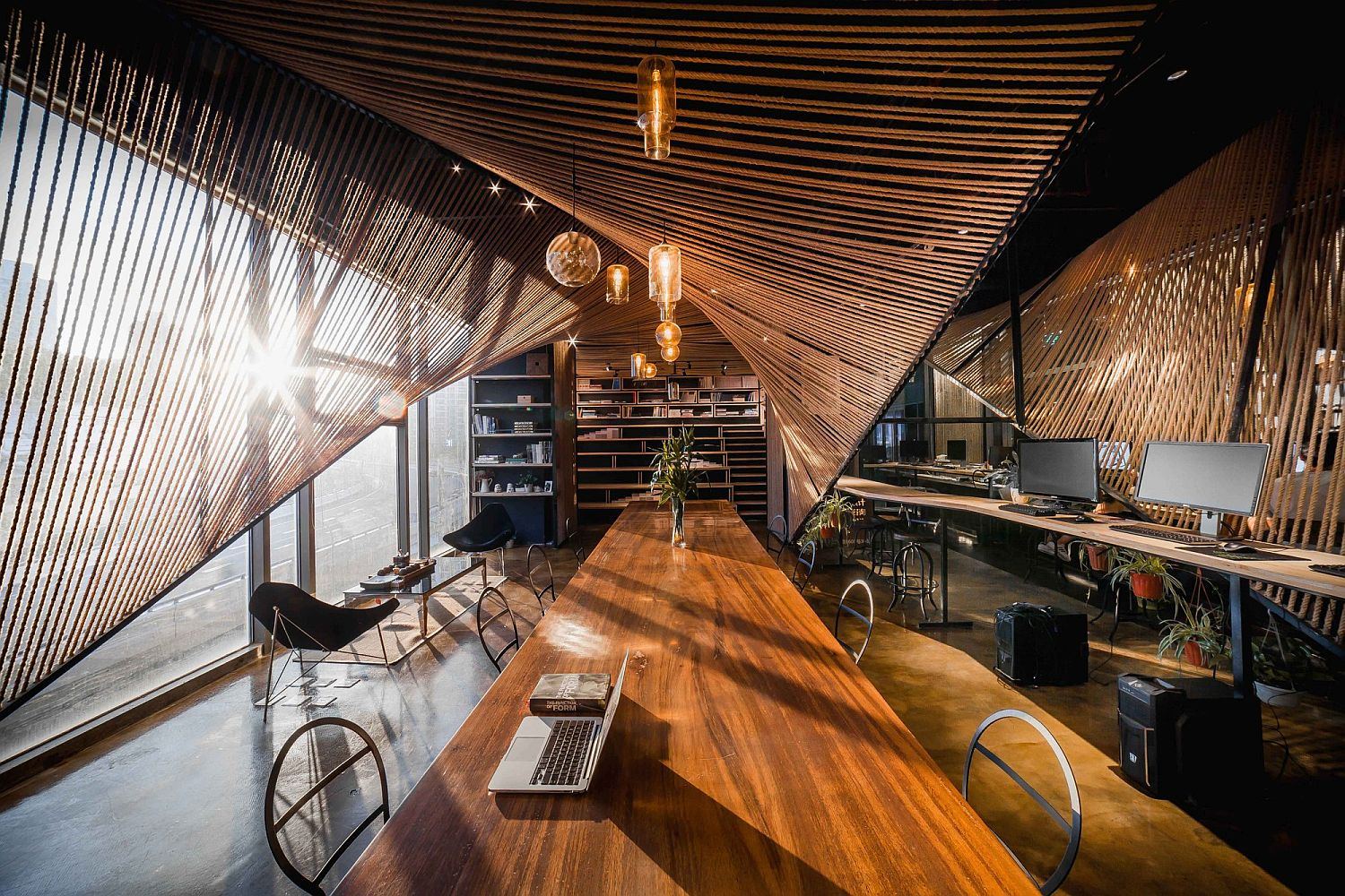 Rope in the form of waves creates a unique interior inside the office