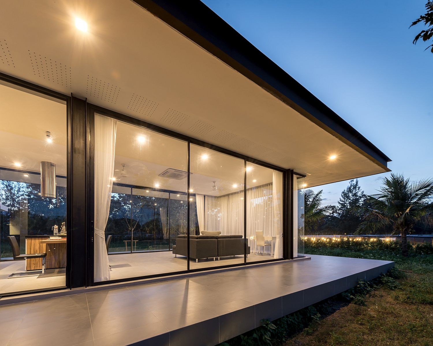 Walls-of-glass-connect-the-interior-with-the-scenery-outside