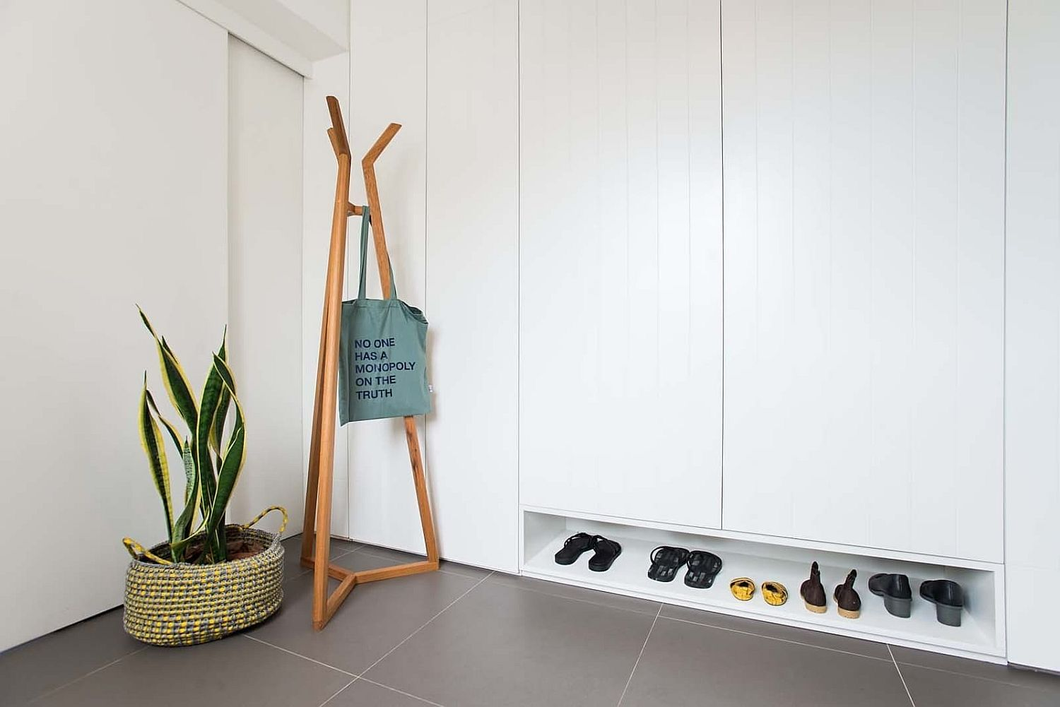 Coat rack, smart shelving and show rack for the tiny entry
