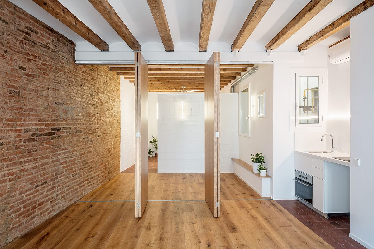 Foldabale wooden partitions give the interior an adaptable appeal