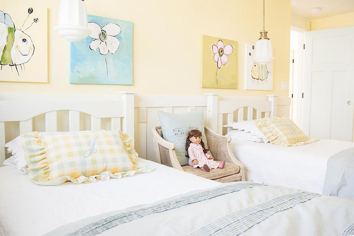 Kids' bedroom in light yellow with a touch of blue as well