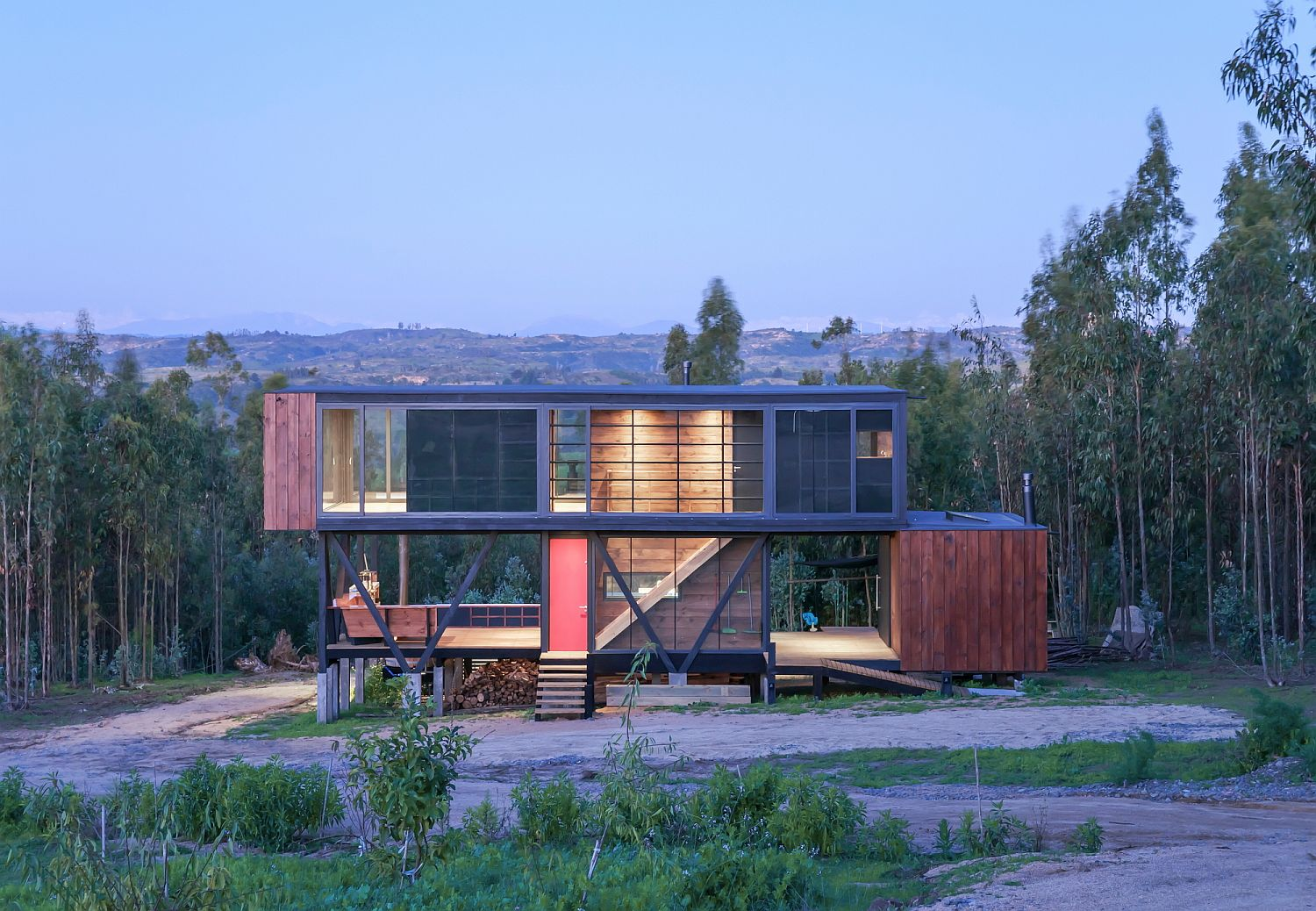 Harfagar House: Cantilevered Chilean Residence in Steel and Wood