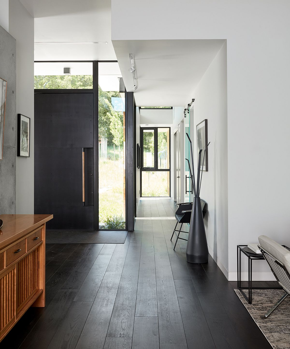 Modern entry in white and wood