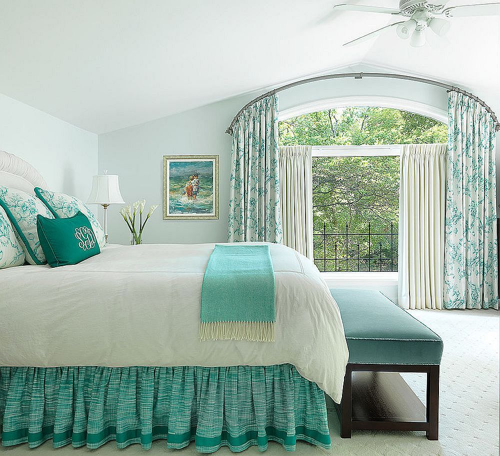 Pastel bluish-green for the bedroom in white with traditional vibe