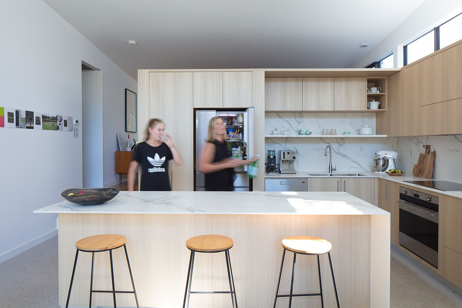 Smart and efficinet kitchen layout with an island that serves as breakfast zone