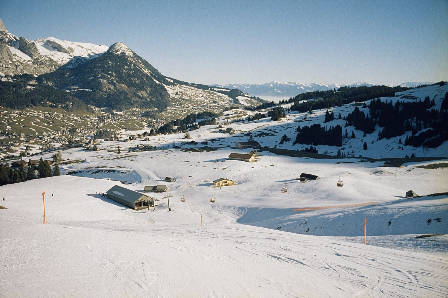 Snow-covered-mountains-and-ski-slopes-around-the-cabin