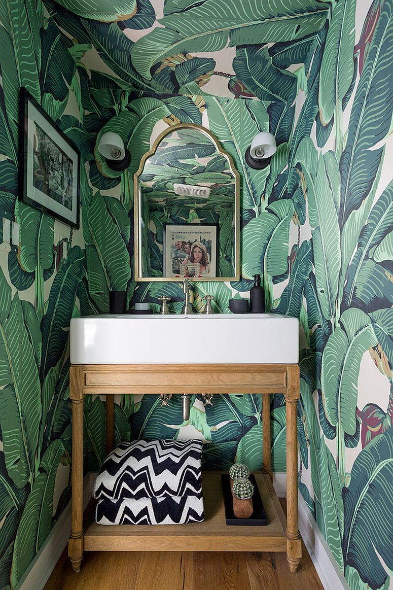 Wallpaper-with-beautiful-banana-leaves-for-the-smart-tropical-powder-room
