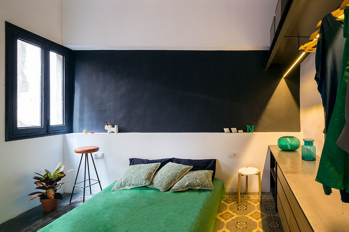 Black-and-white-bedroom-with-green-bedding