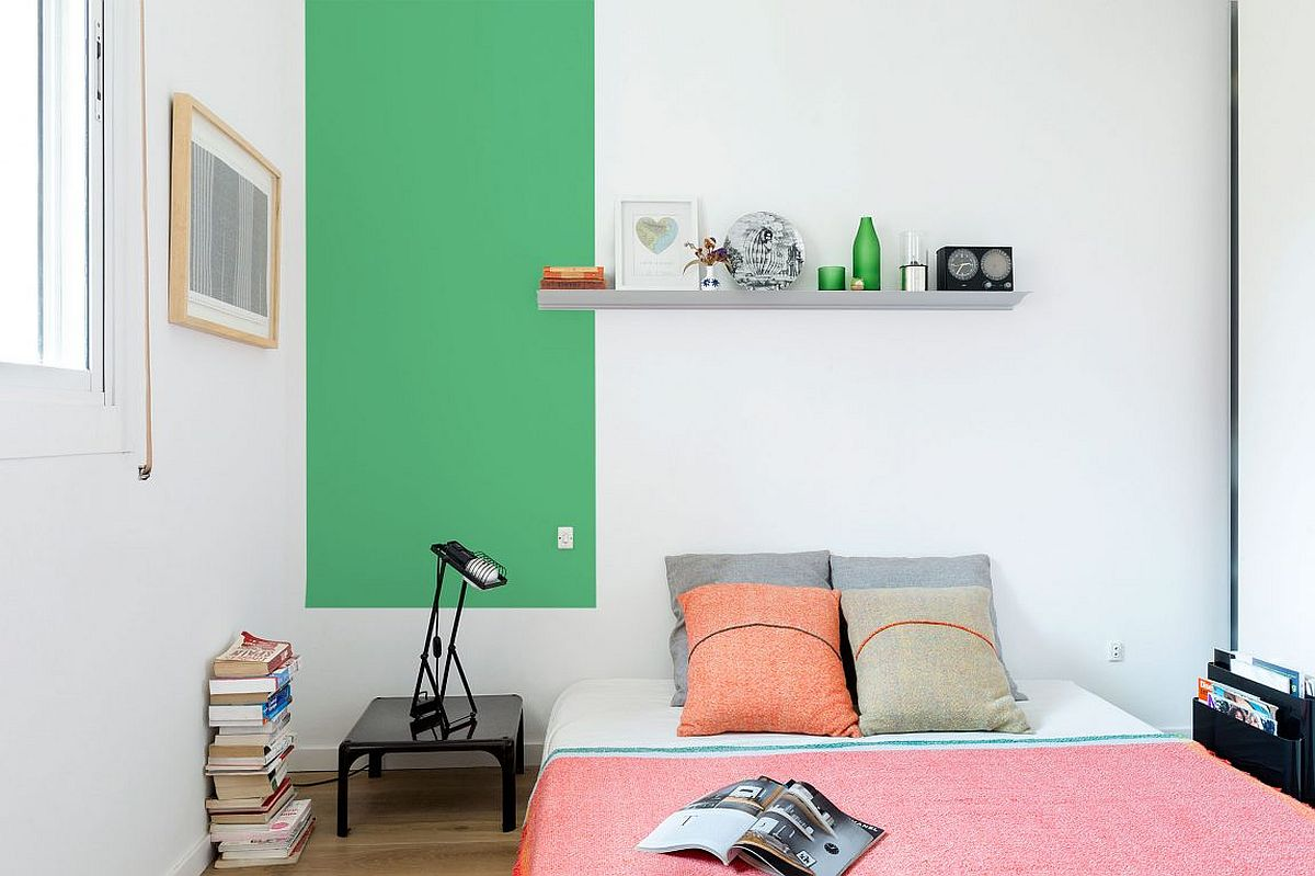 Smart-use-of-color-blocking-inside-the-gorgeous-Barcelona-apartment-bedroom