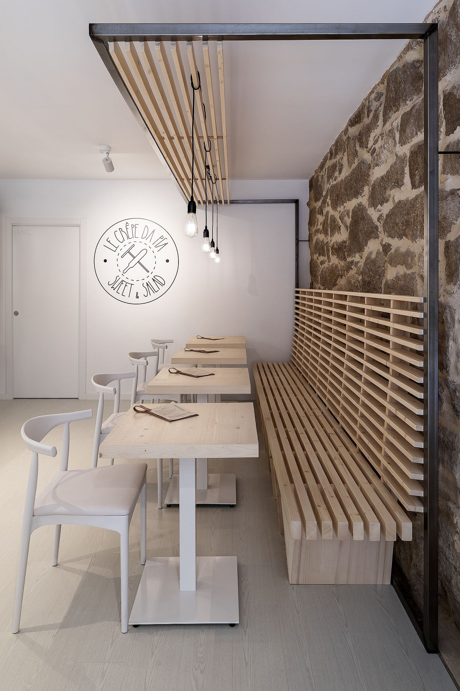 Stone, wood and contemporary finishes are carefully intertwined inside the restaurant