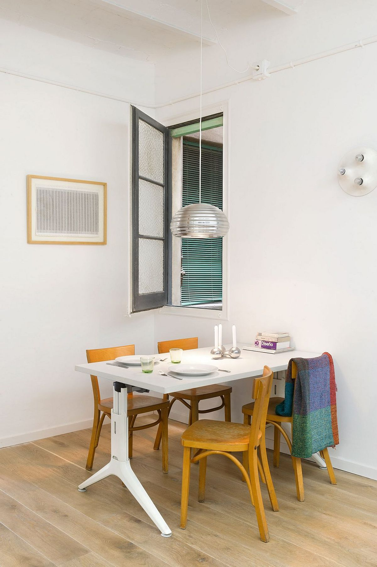 Using the wall as support for the dining table saves up plenty of space!