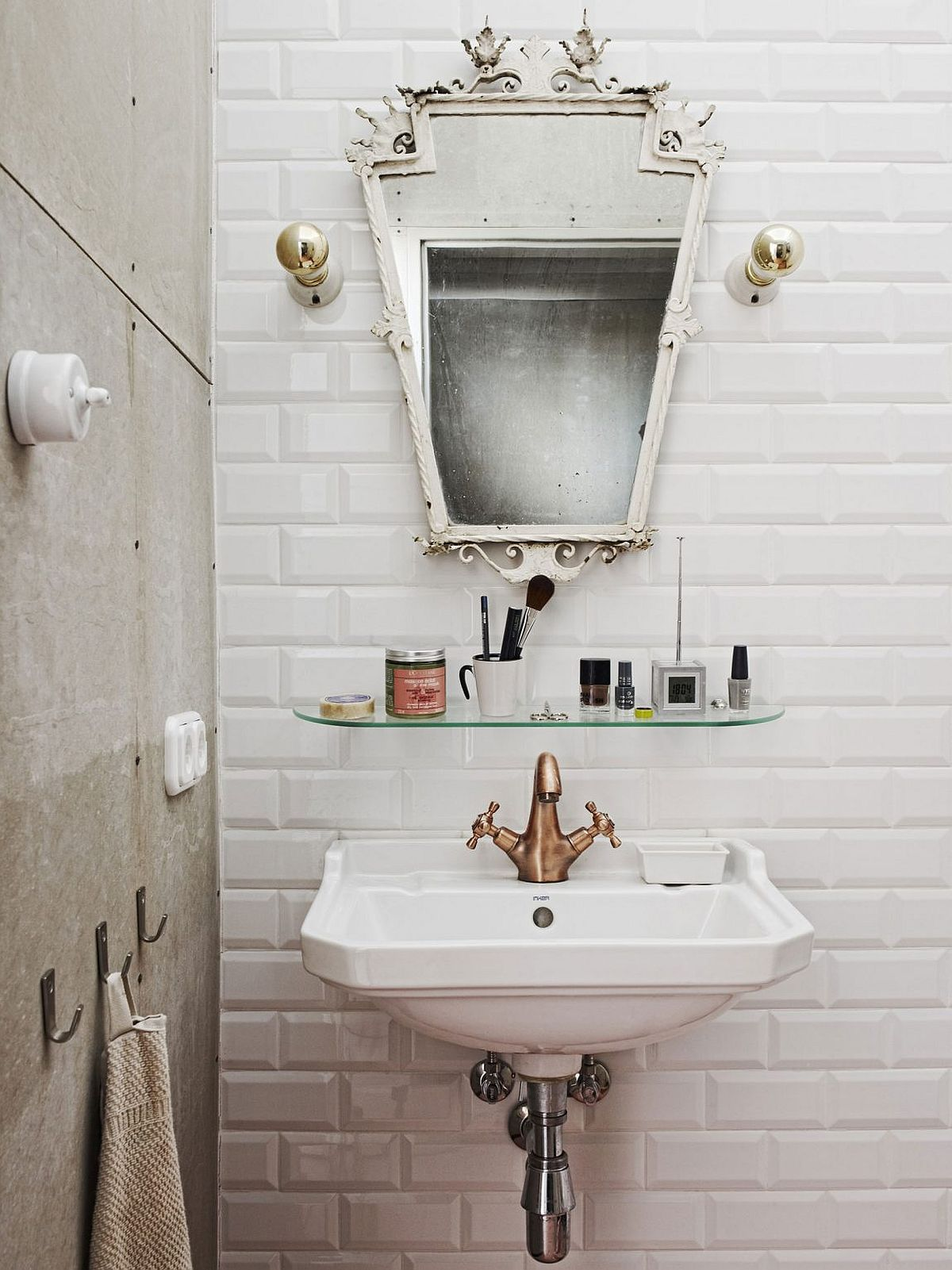 A touch of vintage and retro for the tiny industrial Budapest loft bathroom