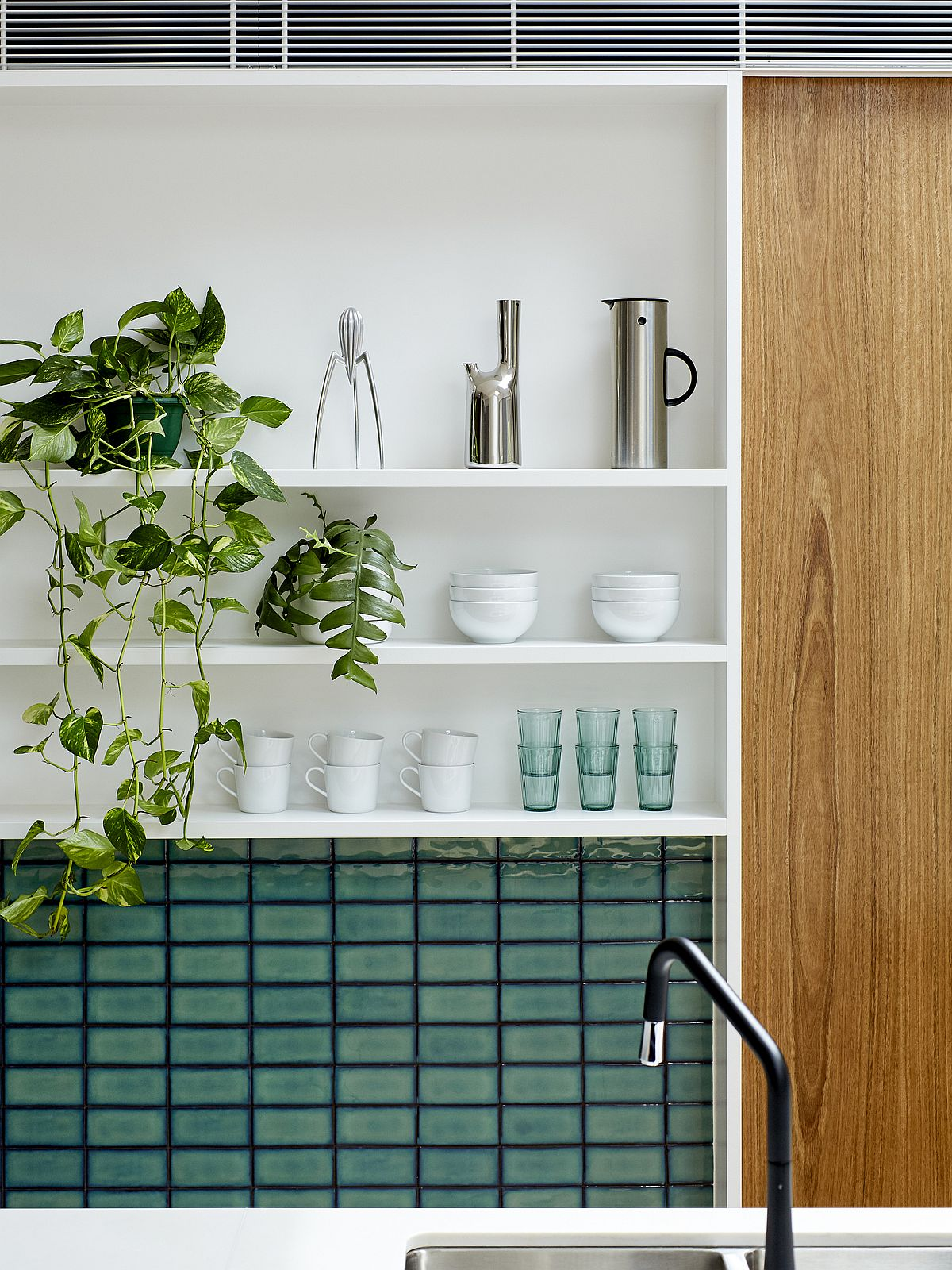 Beautiful-walls-in-blue-and-white-shelving-for-the-kitchen