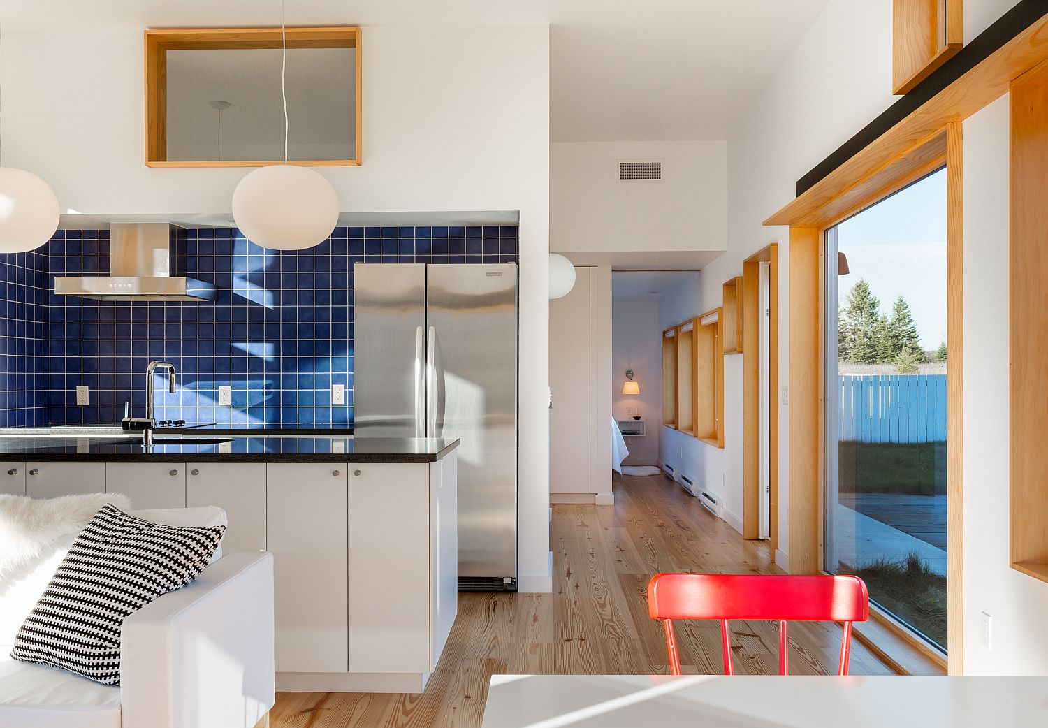 Blue-tiled-backsplash-give-the-kitchen-an-identity-of-its-own-here