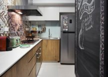 Chalkboard-wall-for-the-pantry-gives-the-kitchen-a-cool-focal-point-217x155