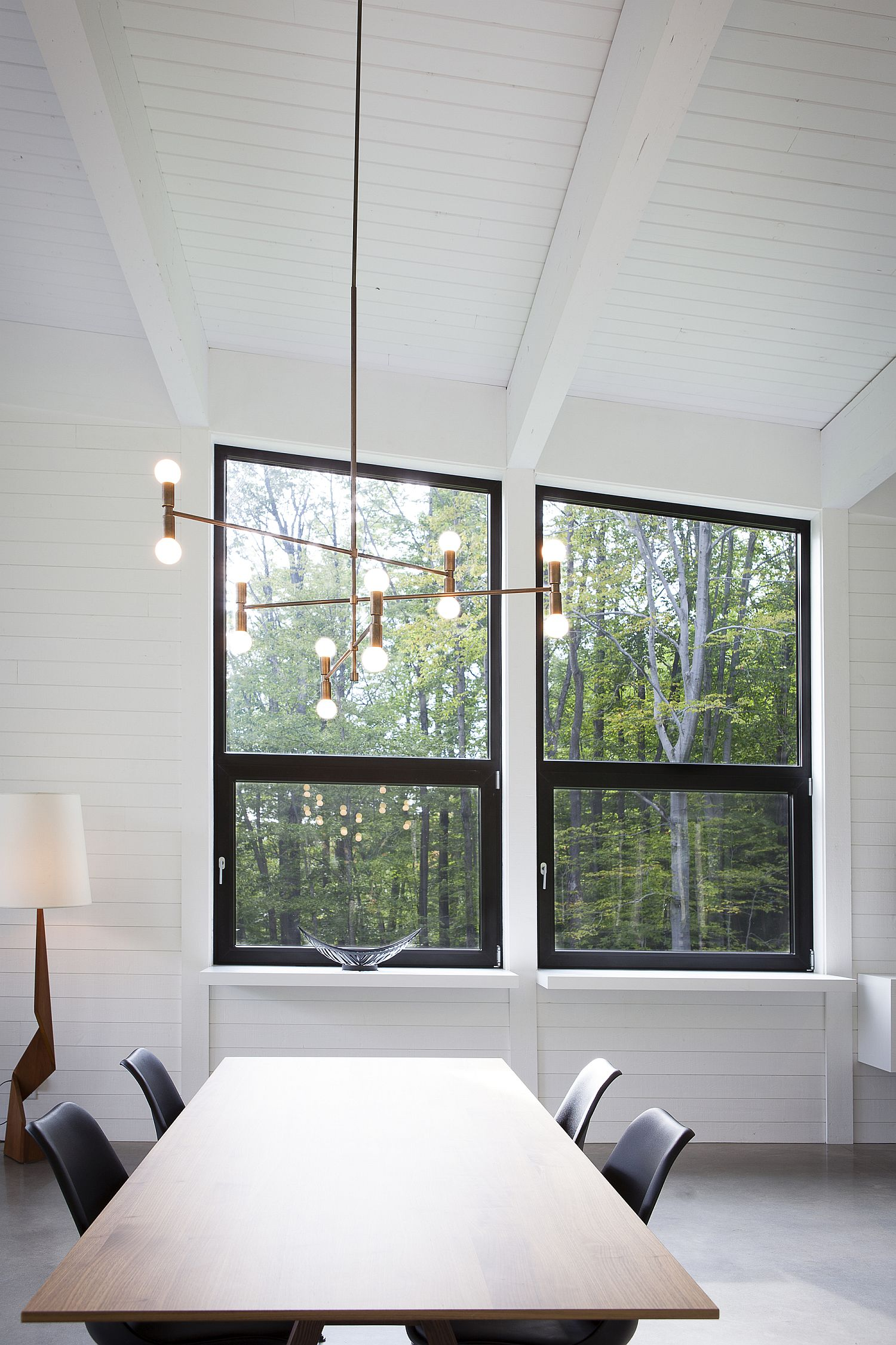 Chandelier-brings-brightness-to-the-smart-dining-area