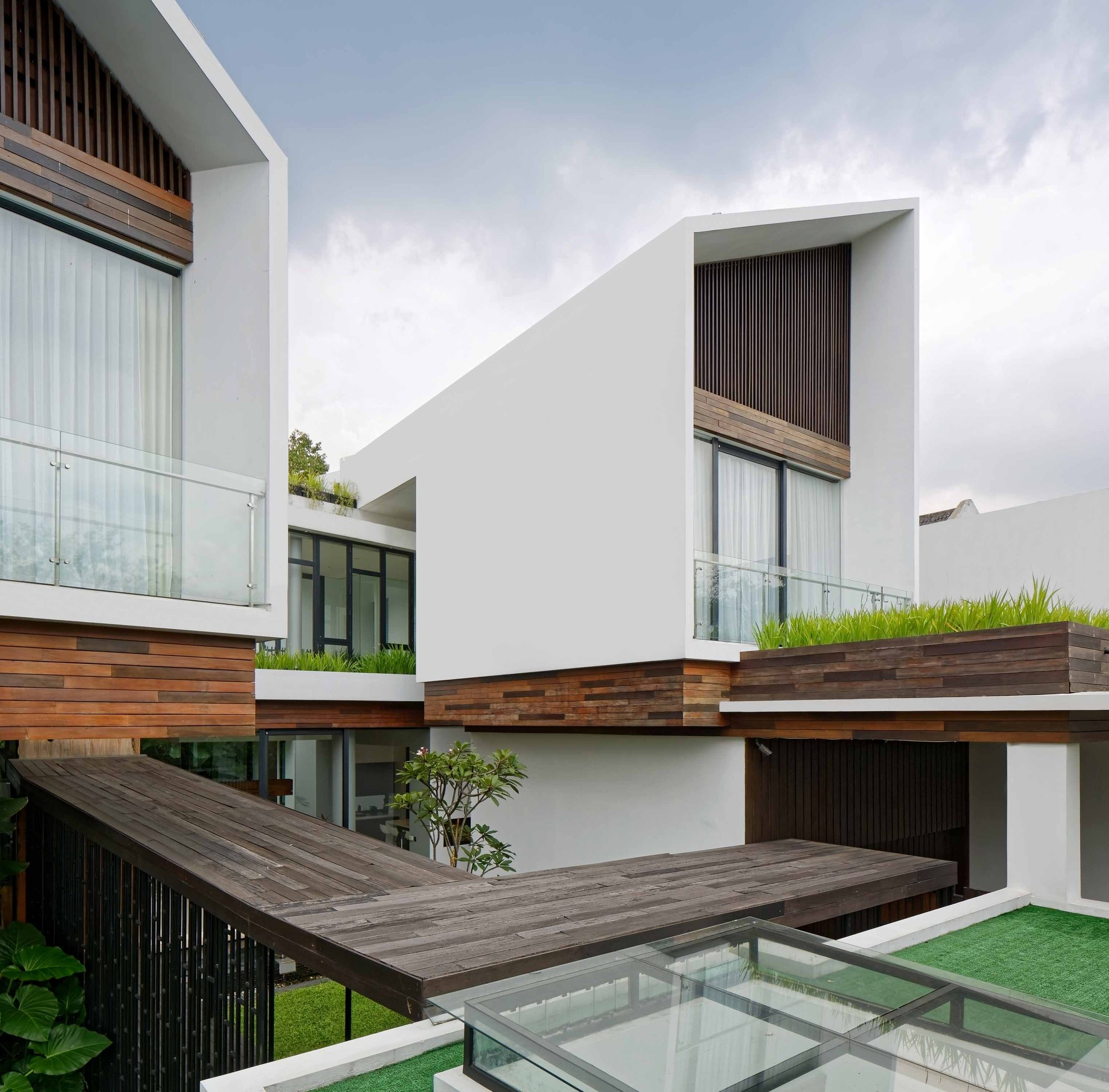 Concrete-wood-and-glass-modern-home-in-Indonesia