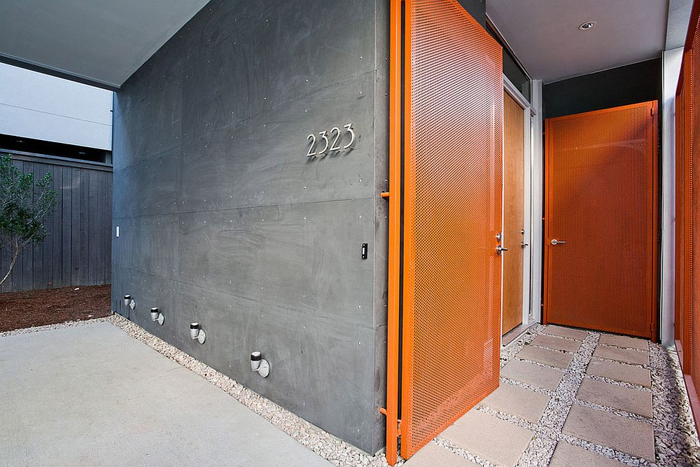 Door in orange for the contemporary entry