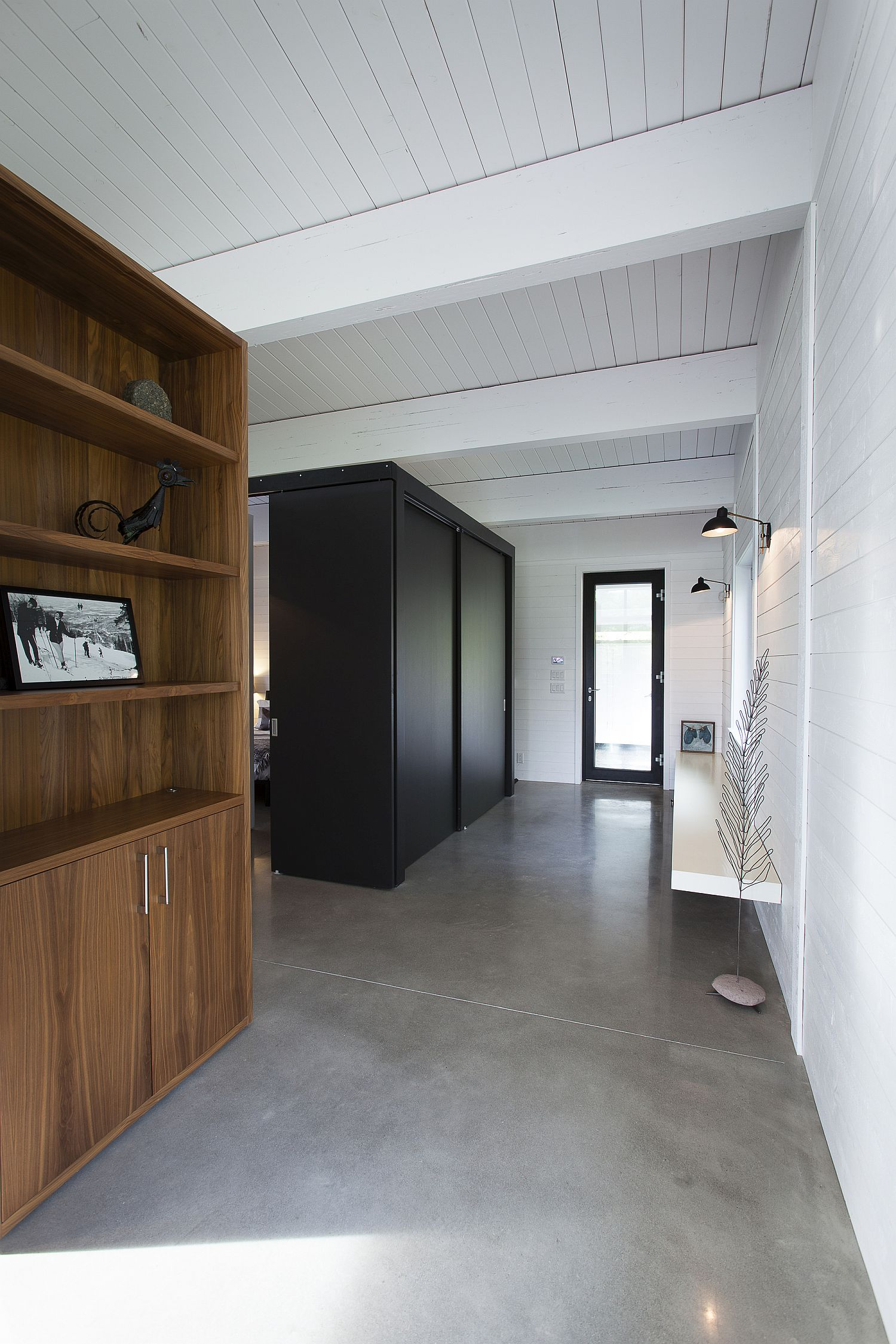Light-and-dark-elements-are-intertwined-beautifully-inside-the-home