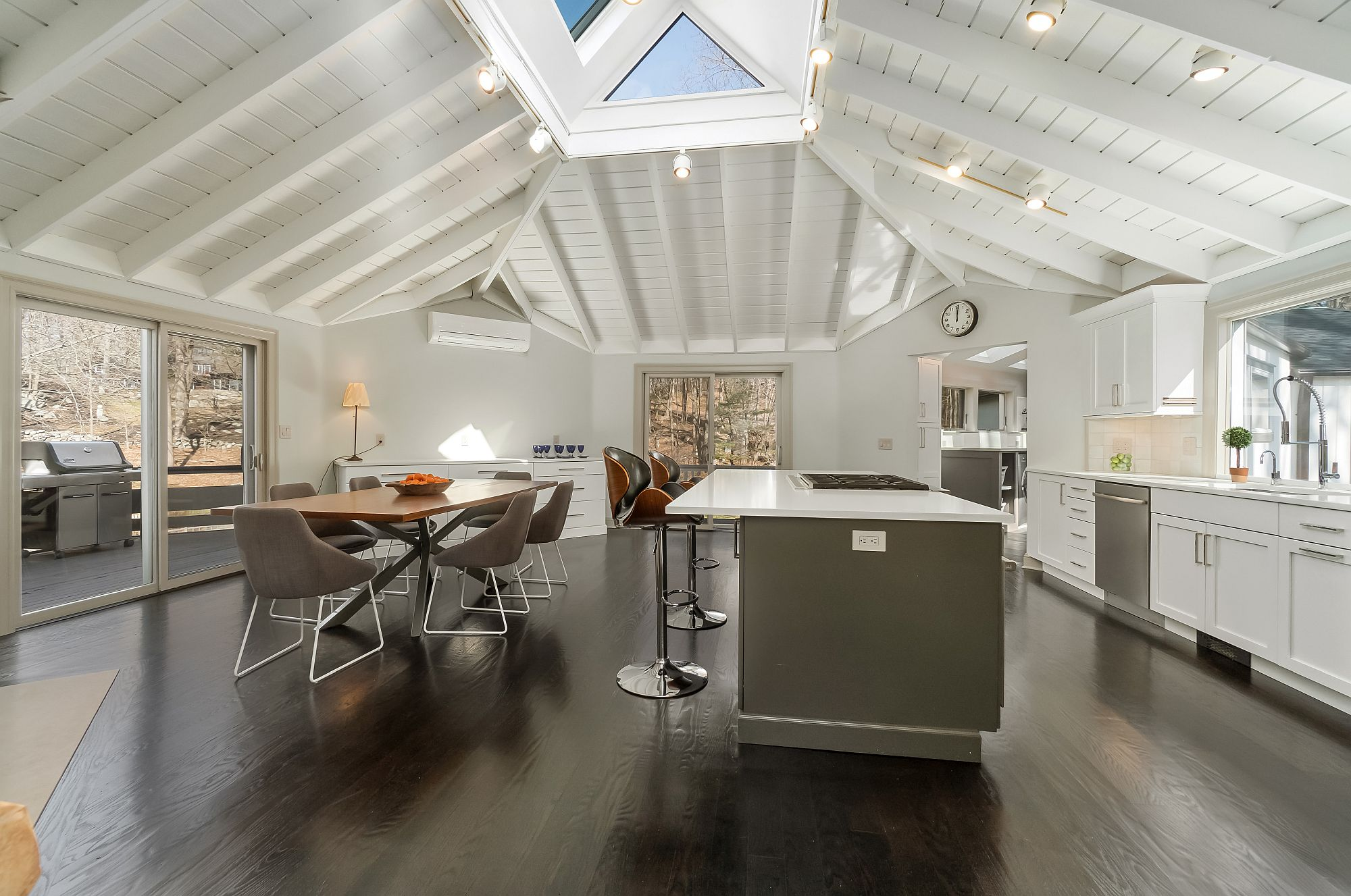 Light-filled-and-exquisite-kitchen-takes-teh-center-stage-here