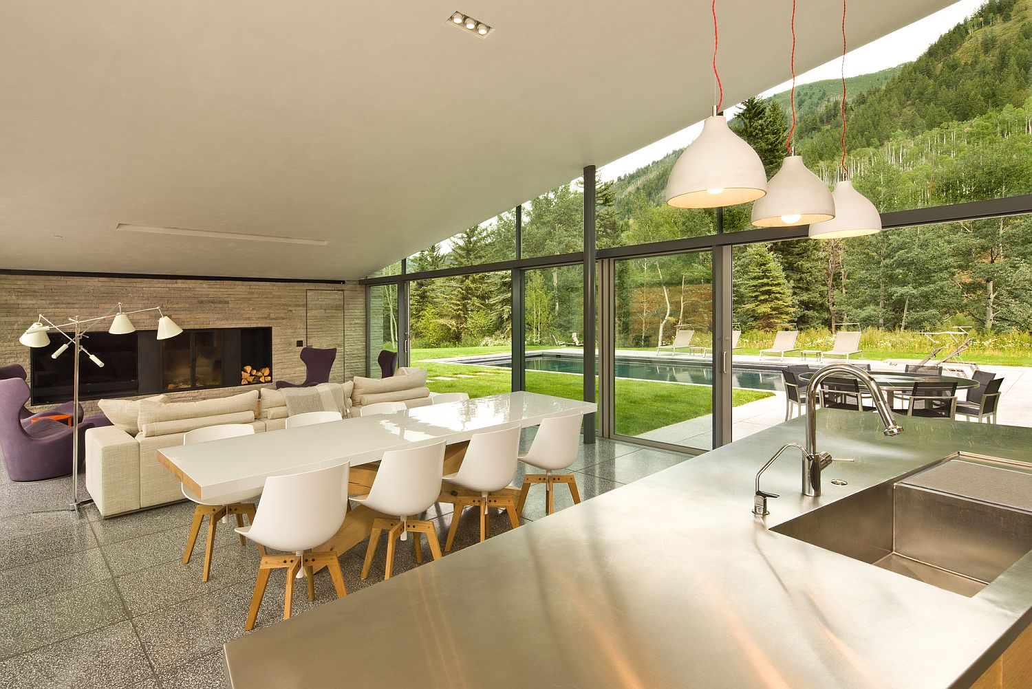 Line-between-this-open-plan-living-with-kitchen-and-the-garden-are-blurred