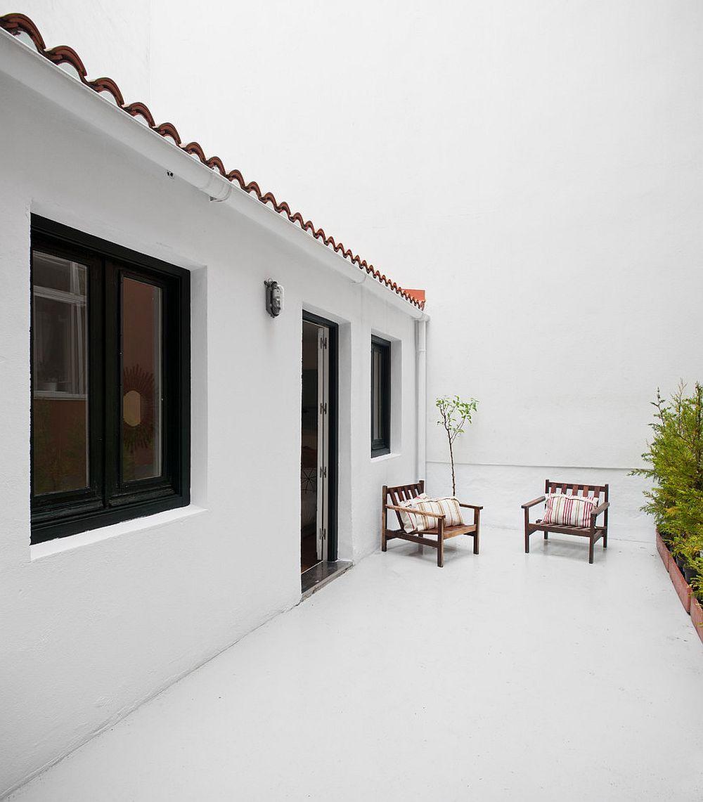 Modern Mediterranean deck keeps things simple and minimal!
