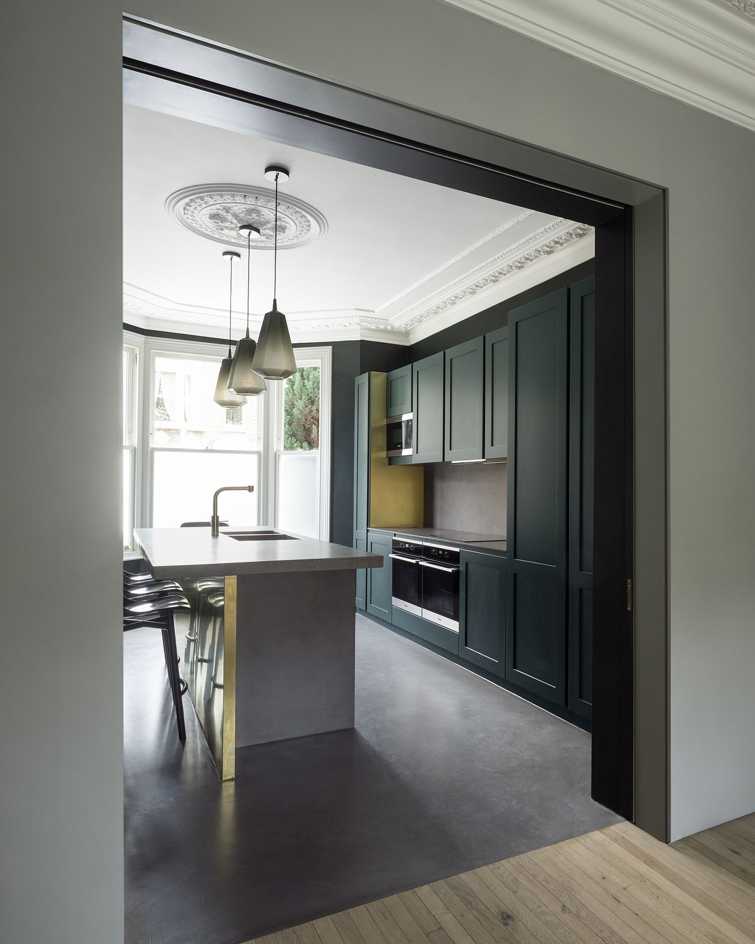 Pendants-above-the-kitchen-island-belnd-inw-ith-its-classic-vibe